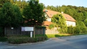Ansicht von der Perschlingtalstrasse. Links neben dem Zaun befindet sich die Einfahrt in den Hof.